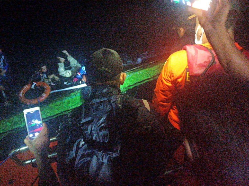 Evakuasi 4 Pemancing yang Kapalnya Terbalik Usai Dihantam Ombak