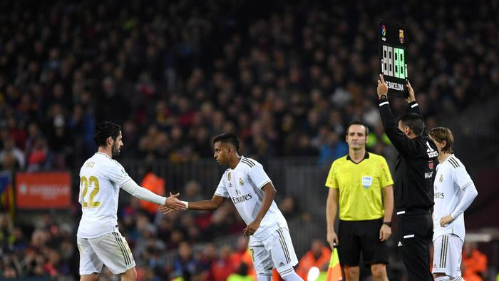BARCELONA, SPAIN - DECEMBER 18:  Rodrygo of Real Madrid replaces Francisco Alarcon Isco of Real Madrid during the Liga match between FC Barcelona and Real Madrid CF at Camp Nou on December 18, 2019 in Barcelona, Spain. (Photo by Alex Caparros/Getty Images)