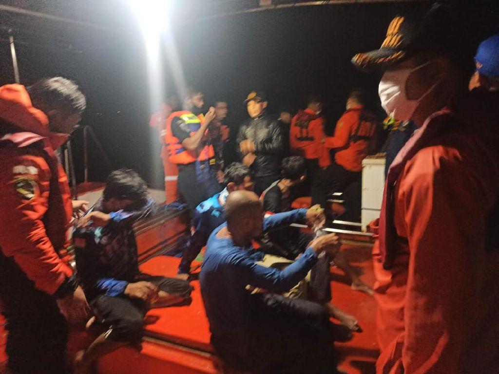 Kapal Terbalik Dihantam Ombak, 4 Pemancing di Kolaka Dievakuasi