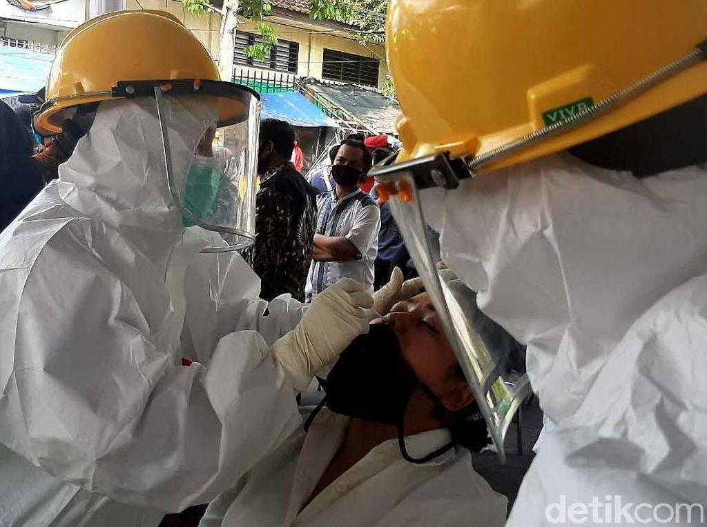 300 Pedagang-Pengunjung Pasar Kebon Kembang Bogor Jalani Tes Swab