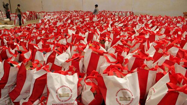 Pekerja menyusun bantuan paket sembako dari Presiden Joko Widodo di Makassar, Sulawesi Selatan, Jumat (8/5/2020). Sebanyak 10 ribu paket sembako dari Presiden Joko Widodo siap didistribusikan kepada warga kurang mampu di daerah itu guna mengurangi beban ekonomi mereka di tengah wabah COVID-19. ANTARA FOTO/Arnas Padda/yu/pras.