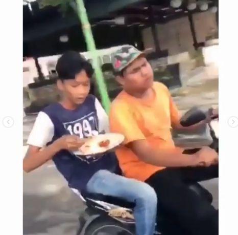 Viral, 2 Remaja Makan Siang Sambil Mengendarai Motor Saat Bulan Puasa Diciduk Polisi