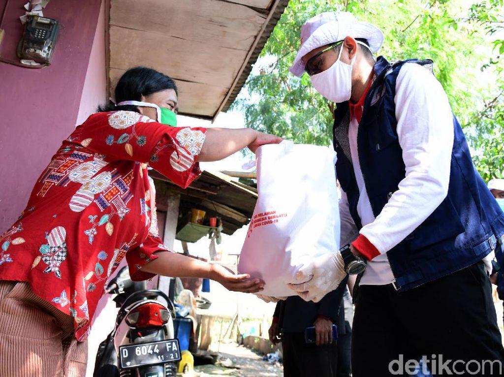 Gaya Sandiaga Uno Bagi-bagi Sembako di Bandung