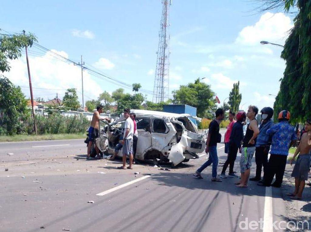 Detik-detik 3 Orang Tewas Saat Sebuah Mobil Tertabrak Kereta Api di Lamongan