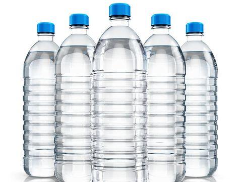 Botol plastik air mineral bagian bawahnya cenderung lebih datar.