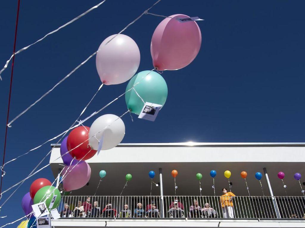 Balon dan Secercah Harapan Warga Panti Jompo