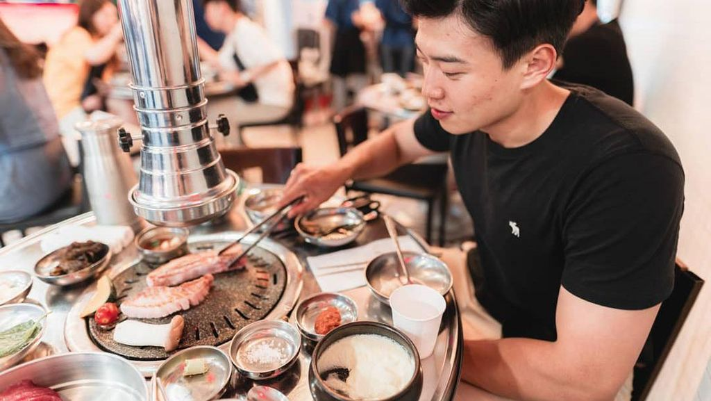 Lihat Lagi Gaya Kulineran Hansol, YouTuber Korea Roemit yang Keren