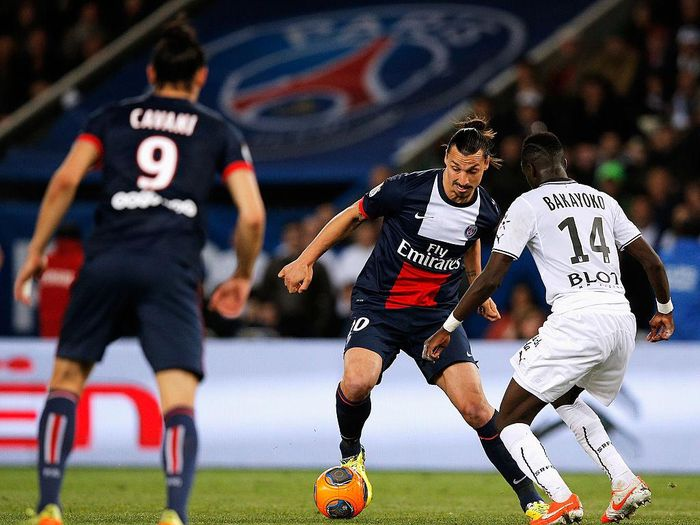 PARIS, FRANCE - MAY 07:  Zlatan Ibrahimovic of PSG attempts to get past Tiemoue Bakayoko of Rennais during the Ligue 1 match between Paris Saint-Germain FC and Stade Rennais FC at Parc des Princes on May 7, 2014 in Paris, France.  (Photo by Dean Mouhtaropoulos/Getty Images)
