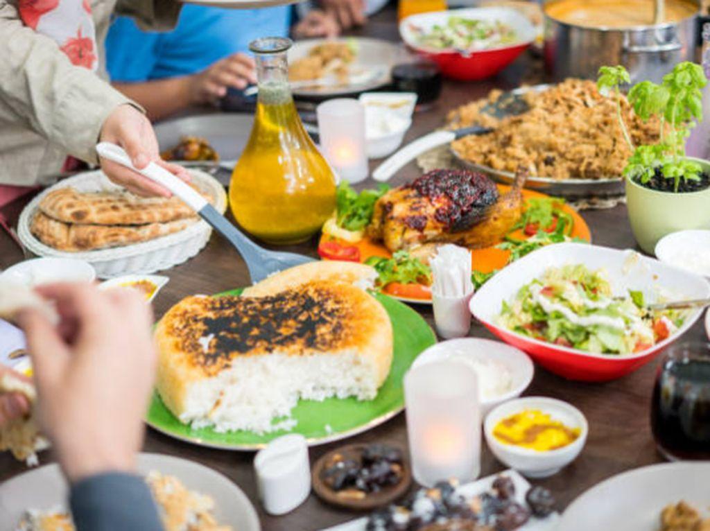 4 Tips Sehat Agar Tak Kalap Makan Saat Buka Puasa