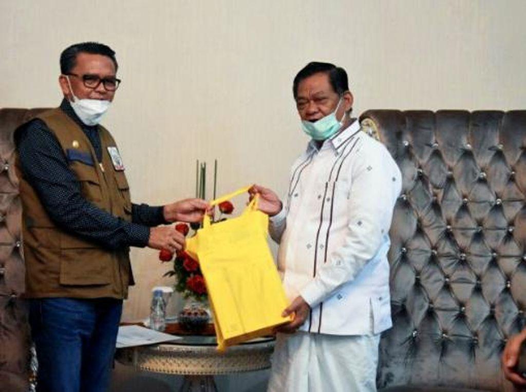Gubernur Sulsel Salurkan Bantuan Alkes dari Donatur ke Tana Toraja