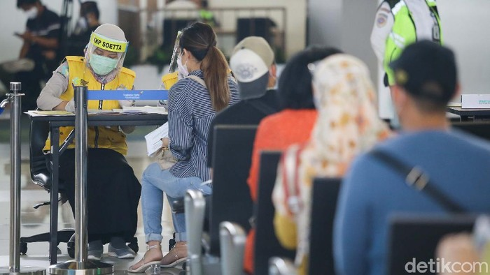 Kemenhub membuka kembali layanan penerbangan domestik dengan penumpang bersyarat. Bandara tersibuk di Indonesia, Soekarno Hatta kembali beroperasi.