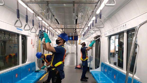 Petugas bersih-bersih kereta MRT.