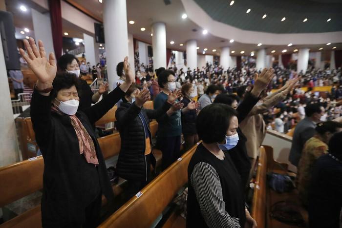 Salah satu gereja di Kota Seoul, Korsel, ramai didatangi jemaat untuk beribadah. Para jemaat tampak mengenakan masker saat beribadah di gereja tersebut.
