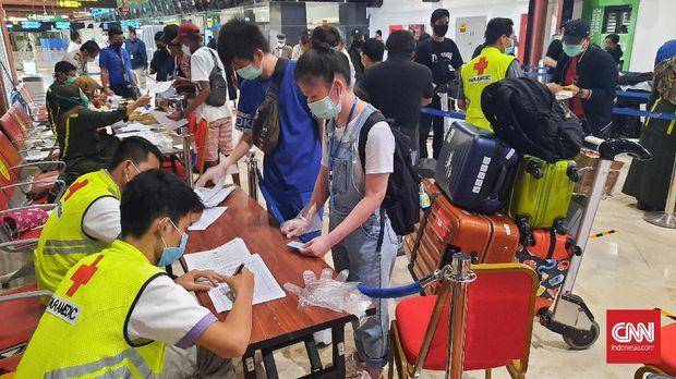 Puluhan calon penumpang dari sejumlah maskapai penerbangan tengah mengantre di terminal 2 gate 5 Bandara Soetta untuk menjalani proses pengecekan berkas kelengkapan sebagai syarat penerbangan.