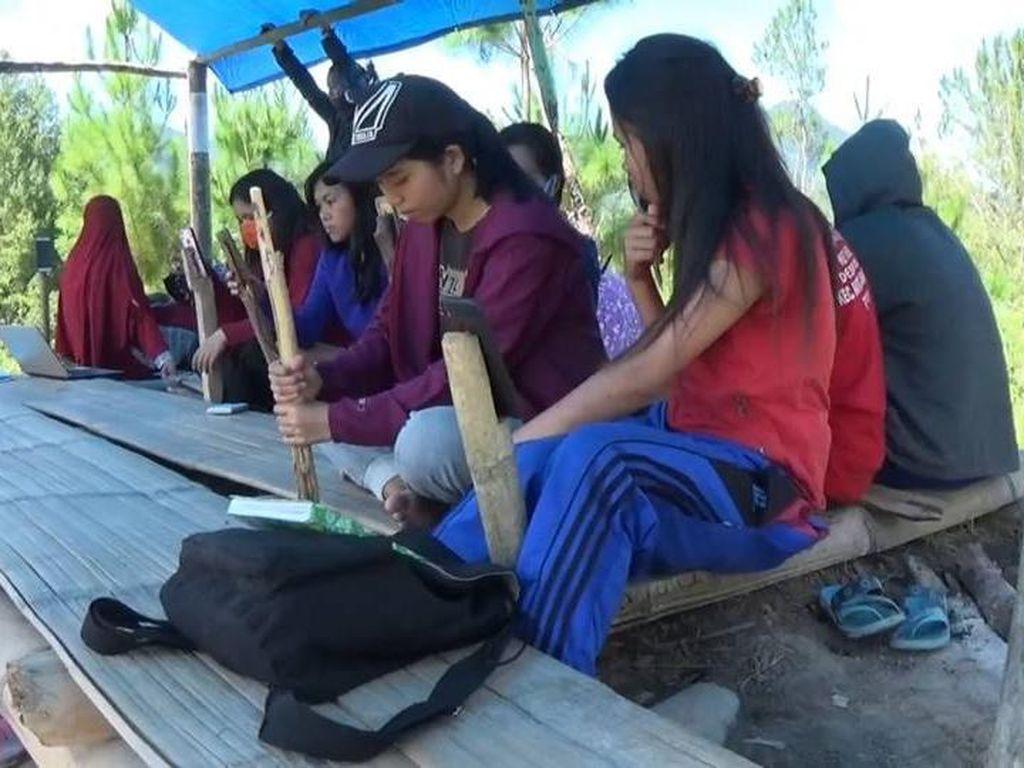 Perjuangan Mahasiswa Mamasa Naik Turun Gunung Berkuliah Online