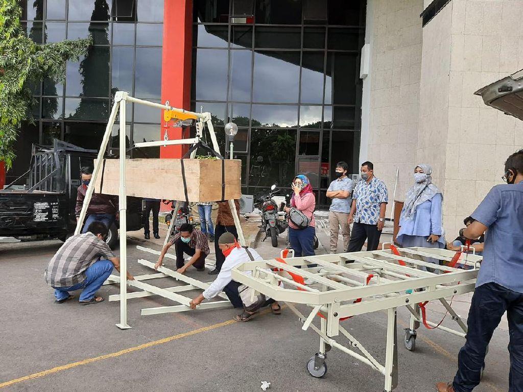 Memperingan Petugas Ber-APD, ITTS Bikin Crane Pemulasaran Jenazah COVID-19