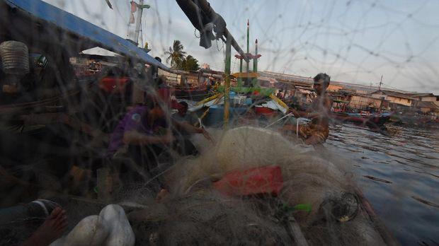 Nelayan memperbaiki jaring di atas perahunya di perkampungan nelayan Cilincing, Jakarta, Jumat (17/4/2020). Sekjen Koalisi Rakyat untuk Keadilan Perikanan (Kiara) Susan Herawati mengatakan pemerintah diharapkan memberikan perhatian kepada nelayan dan pelaku perikanan rakyat yang pendapatannya menurun akibat pandemi COVID-19 karena terputusnya rantai dagang dari nelayan kepada masyarakat. ANTARA FOTO/Indrianto Eko Suwarso/wsj.