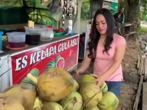 Cantiknya Penjual Es Kelapa hingga Crazy Rich Surabaya Bagikan Sembako