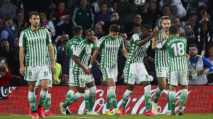 SEVILLE, SPAIN - MARCH 08: Cristian Tello of Real Betis celebrates scoring his teams second goal with team mates during the Liga match between Real Betis Balompie and Real Madrid CF at Estadio Benito Villamarin on March 08, 2020 in Seville, Spain. (Photo by Fran Santiago/Getty Images)
