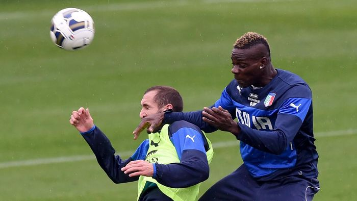 FLORENCE, ITALY - NOVEMBER 12:  Mario Balotelli (R) and Giorgio Chiellini compete for the ball during Italy Training Session at Coverciano on November 12, 2014 in Florence, Italy.  (Photo by Claudio Villa/Getty Images)