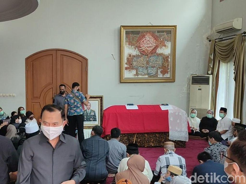Pelayat di Rumah Duka Djoko Santoso Wajib Pakai Masker dan Hand Sanitizer