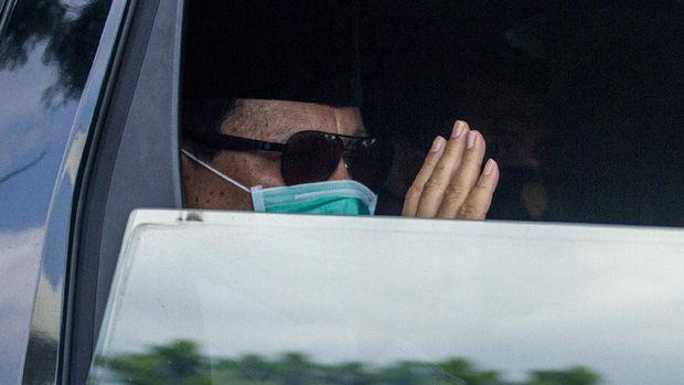 Menteri Pertahanan Prabowo Subianto memberi salam saat menghadiri prosesi pemakaman mantan Panglima TNI Jenderal (Purn) Djoko Santoso di San Diego Hills Memorial Park, Karawang, Jawa Barat, Minggu (10/5/2020). Mantan Panglima TNI Jenderal (Purn) Djoko Santoso meninggal dunia di usia 67 tahun pada Minggu (10/5/2020) pukul 06:30 WIB karena sakit. ANTARA FOTO/M Ibnu Chazar/aww.
