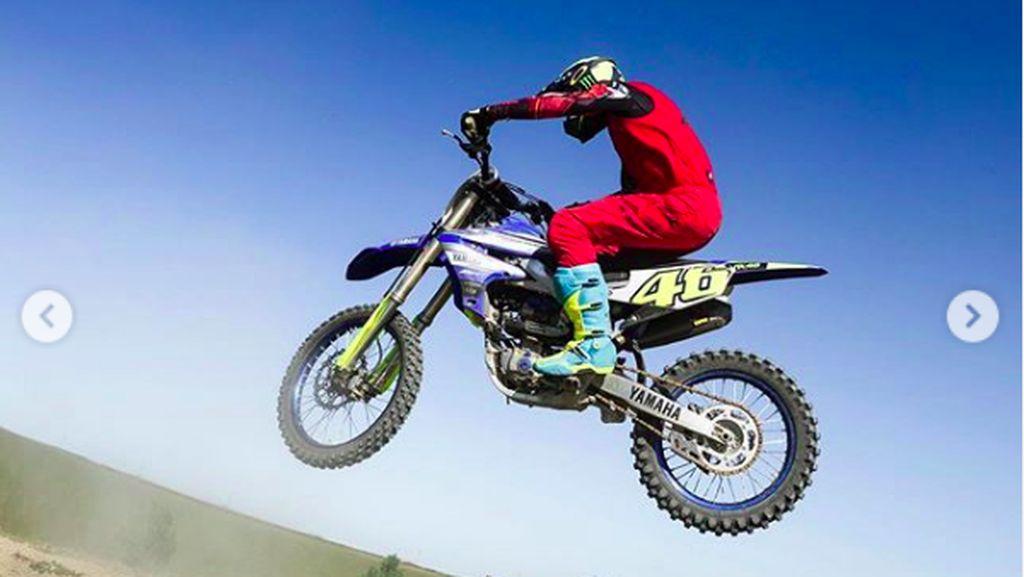 Melihat Aksi Rossi Bisa Terbang Lagi Pakai Motor