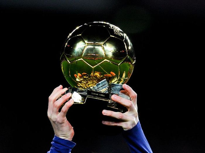 BARCELONA, SPAIN - JANUARY 17:  Lionel Messi of FC Barcelona holds up the FIFA Ballon dOr trophy prior to the La Liga match between FC Barcelona and Athletic Club de Bilbao  at Camp Nou on January 17, 2016 in Barcelona, Spain.  (Photo by David Ramos/Getty Images)