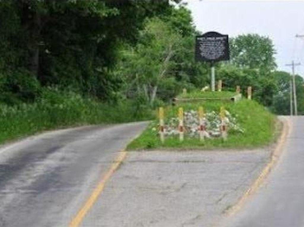 Desa yang Aneh, Ikonnya Sebuah Makam di Tengah Jalan