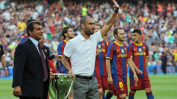 BARCELONA, SPAIN - AUGUST 25:  Former Barcelona president Joan Laparta (L) holds the 2009-2010 La Liga trophy with Barcelona manager Josep Guardiola during a lap of honour before the Joan Gamper Trophy match between Barcelona and AC Milan at Camp Nou stadium on August 25, 2010 in Barcelona, Spain.  (Photo by Denis Doyle/Getty Images)