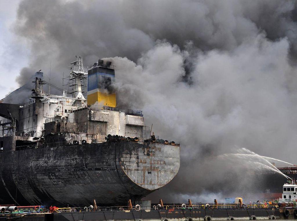 SAR Medan Turunkan Tim Bantu Padamkan Kebakaran Kapal Tanker di Belawan