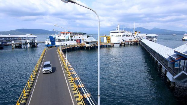 Kendaraan melintas di dermaga Pelabuhan Ketapang, Banyuwangi, Jawa Timur, Senin (11/5/2020). Meskipun Menteri Perhubungan telah mengizinkan pengoperasian jasa penyeberangan PT ASDP untuk melayani warga berkebutuhan mendesak sesuai protokol kesehatan, namun arus kendaraan di Pelabuhan Ketapang terpantau lancar dan didominasi oleh truk logistik. ANTARA FOTO/Budi Candra Setya/hp.