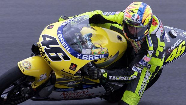 Italian rookie Valentino Rossi leans his Honda into a corner during the Australian 500cc Motorcycle Grand Prix on Phillip Island 29 October 2000.  Rossi finished the final race of the 2000 season in third place and the 2000 World Championship in second position overall.  AFP PHOTO/Torsten BLACKWOOD (Photo by TORSTEN BLACKWOOD / AFP)