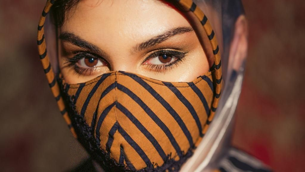 Cantiknya Jihane Almira Pakai JPD dan Masker Lurik Karya Anne Avantie