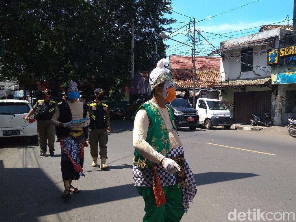 Petruk, Gareng dan Semar Kompak Lawan Corona di Cirebon