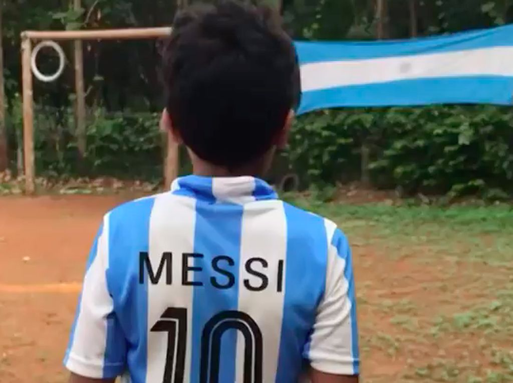 Viral! Gaya Tendangan Bebas Bocah Ini Lionel Messi Banget
