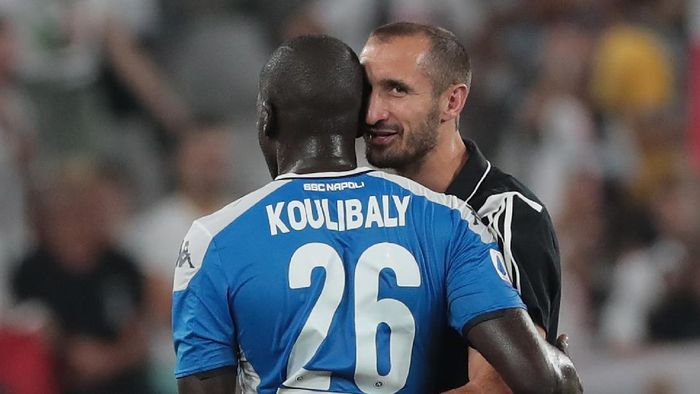 TURIN, ITALY - AUGUST 31:  Giorgio Chiellini of Juventus embraces Kalidou Koulibaly of SSC Napoli at the end of the Serie A match between Juventus and SSC Napoli at Allianz Stadium on August 31, 2019 in Turin, Italy.  (Photo by Emilio Andreoli/Getty Images )