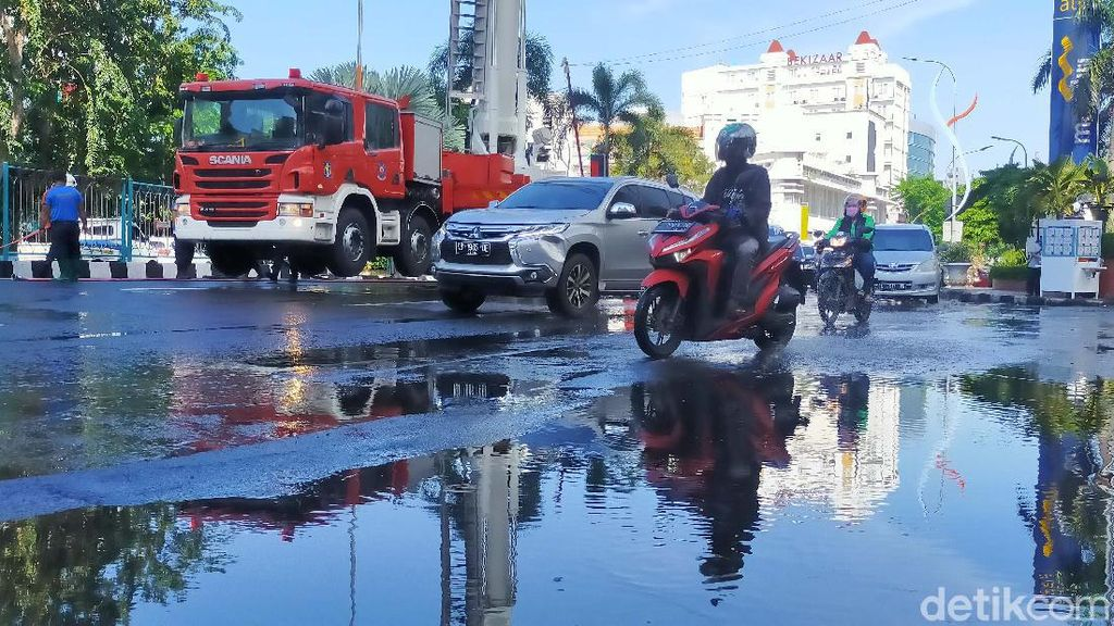 Gedung-gedung Tinggi di Surabaya juga Disemprot Disinfektan