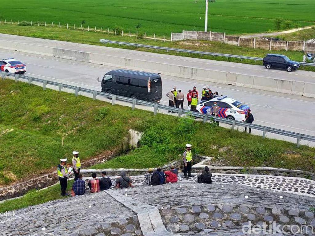 Polisi Tangkap Basah Mobil Travel yang Turunkan Pemudik di Overpass Tol Ngawi