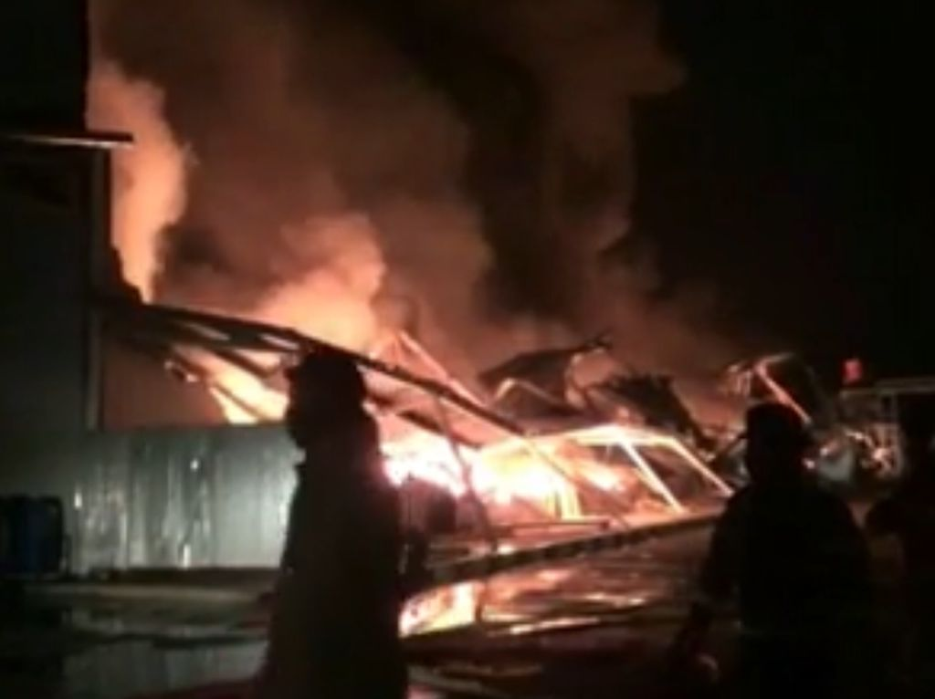 Pabrik Plastik di Purwakarta Ludes Terbakar