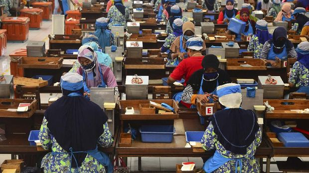 Sejumlah pekerja melakukan proses produksi di salah satu pabrik di Kudus, Jawa Tengah, Selasa (12/5/2020). Sejumlah pabrik di wilayah itu menerapkan kebijakan mencegah penyebaran COVID-19 seperti pengaturan jaga jarak fisik saat bekerja, wajib mengenakan masker, pemeriksaan suhu tubuh hingga mencuci tangan sebelum dan sesudah bekerja. ANTARA FOTO/Yusuf Nugroho/foc.