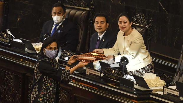Ketua DPR Puan Maharani (kanan) didampingi Wakil ketua DPR Aziz Syamsuddin (kedua kanan) dan Rachmat Gobel (kiri) menerima dokumen dari Menteri Keuangan Sri Mulyani (kedua kiri) pada Rapat Paripurna masa persidangan III 2019-2020, di Komplek Parlemen, Jakarta, Selasa (12/5/2020). Dalam rapat paripurna tersebut beragendakan penyampaian Pemerintah terhadap Kerangka Ekonomi Makro dan Pokok-pokok Kebijakan Fiskal (KEM dan PPKF) RAPBN TA 2021 dan pengambilan keputusan Perppu Nomor 1 Tahun 2020 atau Perppu Corona menjadi UU. ANTARA FOTO/Muhammad Adimaja/hp.
