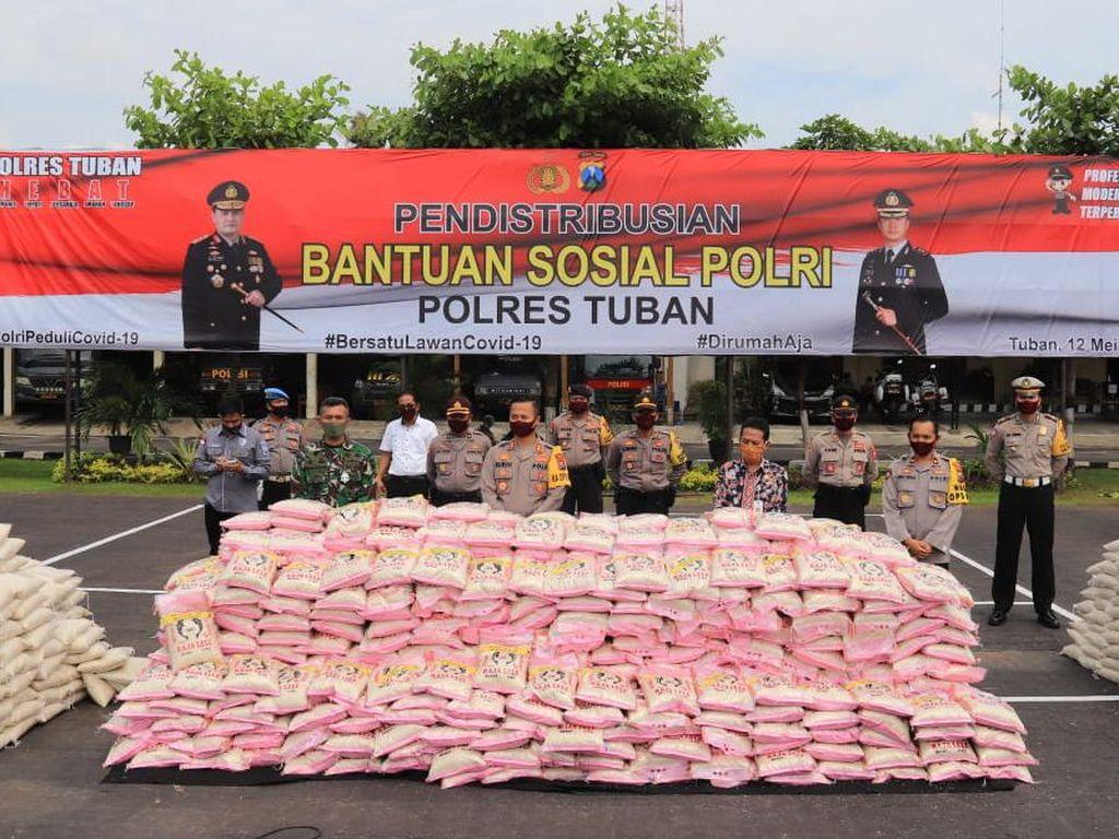 Polisi Tuban Bagikan Beras untuk Warga yang Tak Terdata Bansos