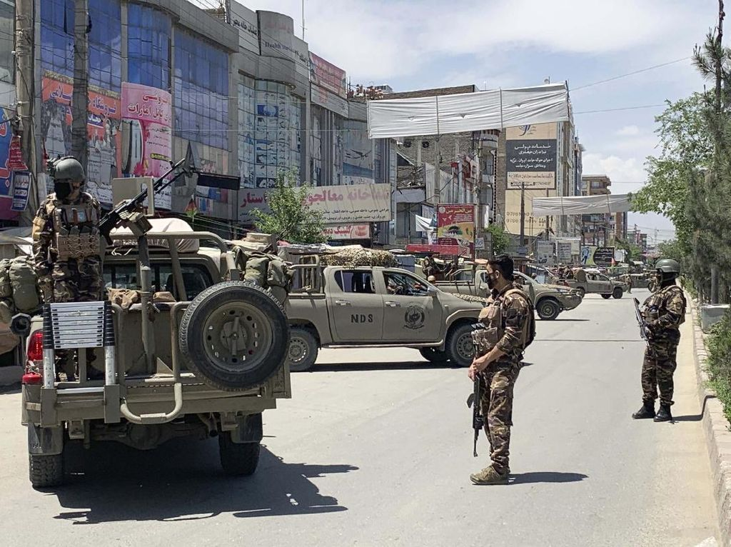 Sekelompok Pria Berseragam Militer Baku Tembak dengan Polisi Afghanistan