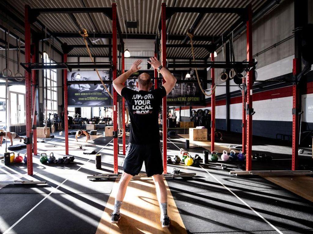 Penampakan Gym Era New Normal, Fitnes di Dalam Bilik Plastik