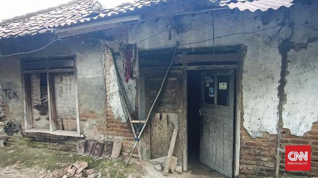 Nenek Rusmi, kelahiran tahun 1949. Hidup sebatang kara disebuah rumah miliknya yang sudah reyot dan nyaris ambruk di Desa Kamaruton, Kecamatan Kragilan, Kabupaten Serang, Banten.