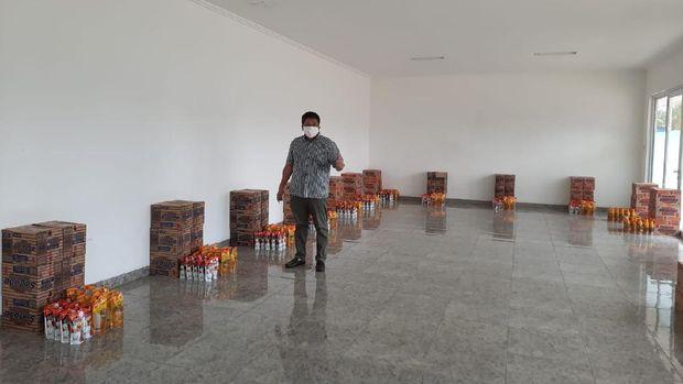 Gede Widiade beri bantuan untuk warga Jakarta.