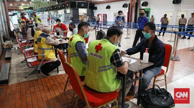Calon penumpang melaporkan berkas kelengkapan perjalanan di posko pengendalian percepatan penanganan covid-19 Terminal 2 Bandara Soekarno Hatta, Tangerang, Banten, Rabu 13 Mei 2020. CNNIndonesia/Safir Makki