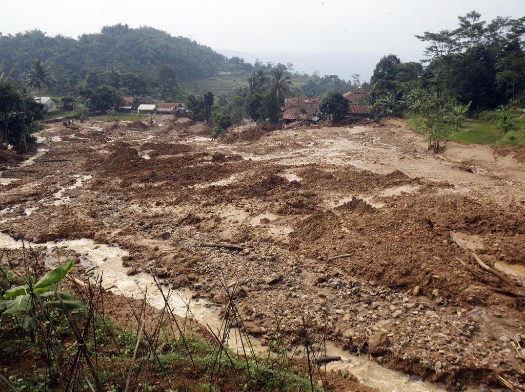 Longsor dan Banjir Bandang Hancurkan Belasan Rumah di Bogor