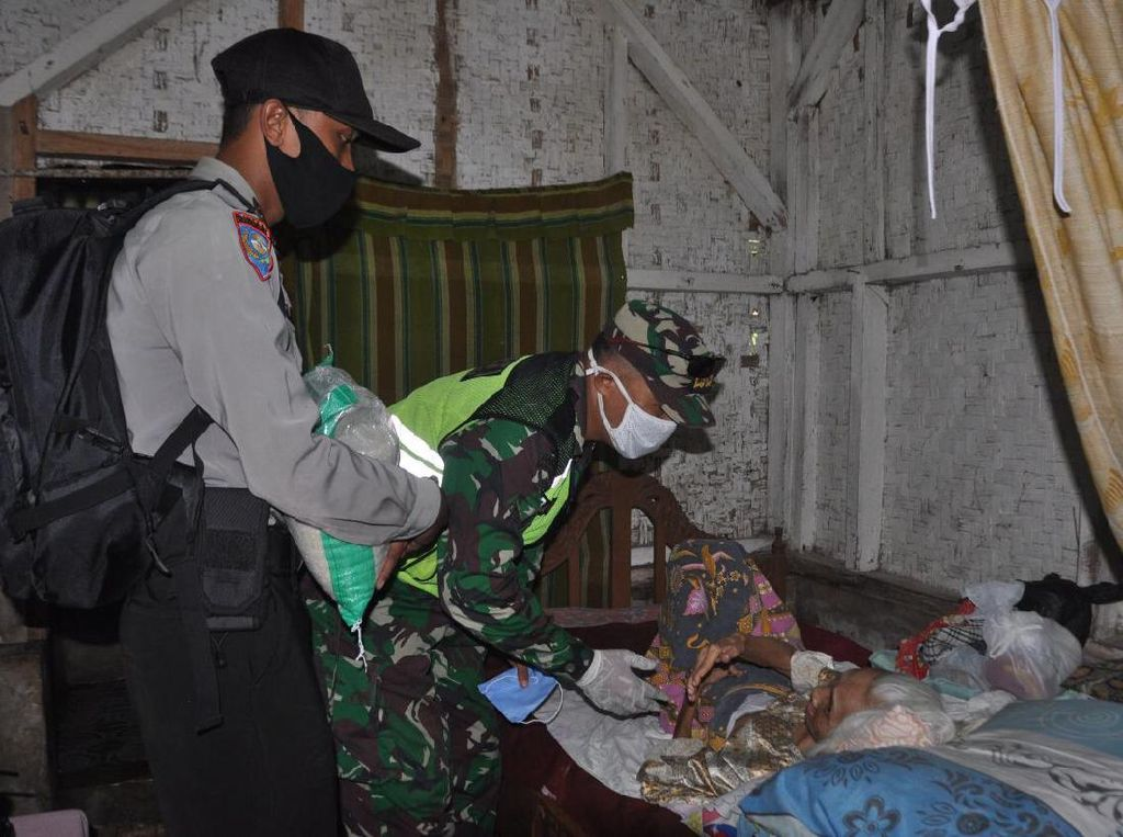Polisi di Banjar Sisir Warga yang Belum Terima Bantuan Pemerintah
